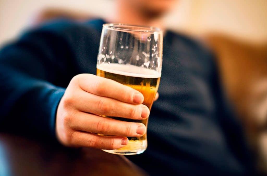 в руке мужчины 1024x678 - Кодирование от алкоголизма двойным блоком
