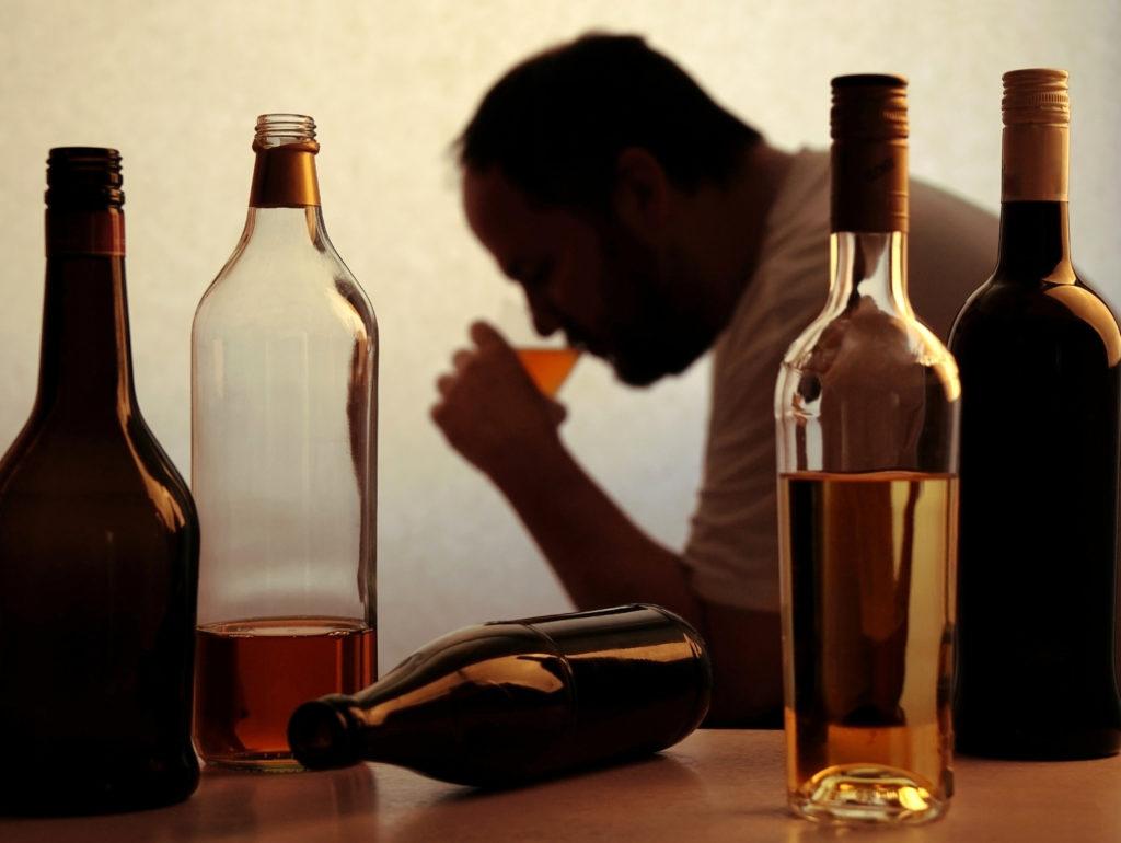 pjushhij chelovek 1024x770 - Первые признаки алкоголизма у мужчин